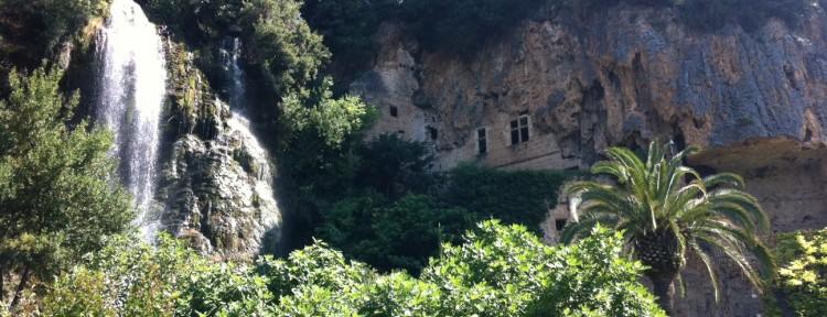 Fyrvåningshus i grotta i Villecroze Frankrike