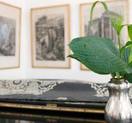 Annes hus på Millesgården är inrett av konstnären och kreatören Cilla Ramnek, som blandat textiler från William Morris med möbler och detaljer Svenskt Tenns hovdesigner Josef Frank.