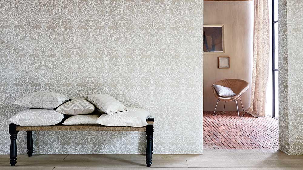 Kollektionen Pure Morris går i en ljusare färgskala och finns både som tapet och textil.