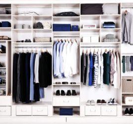 Öppen garderobslösning för en walk in closet