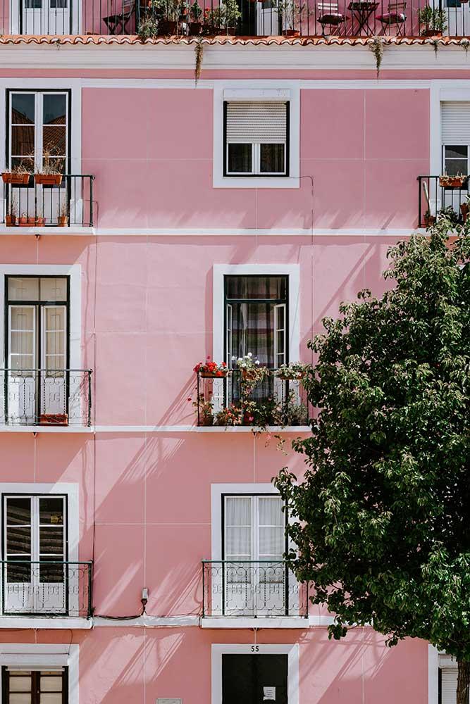 Har du en fransk balkong? Tänk att du inreder inåt och gör det mysigt på golvet framför.