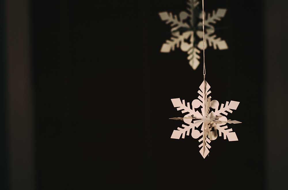 Ett tips på julpyssel för barn är att vika snöflingor av papper